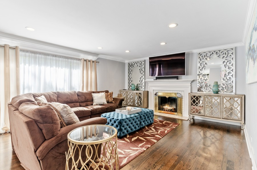 Real Estate Photography - 4003 Yorkshire Ln, Northbrook, IL, 60062 - Family Room