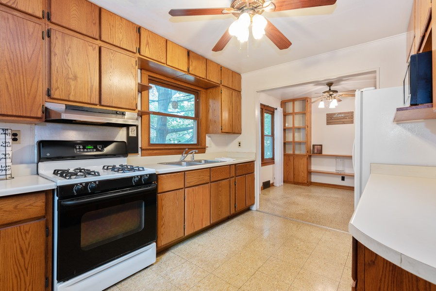 Real Estate Photography - 525 Cheyenne Dr, Lake In The Hills, IL, 60156 - Kitchen