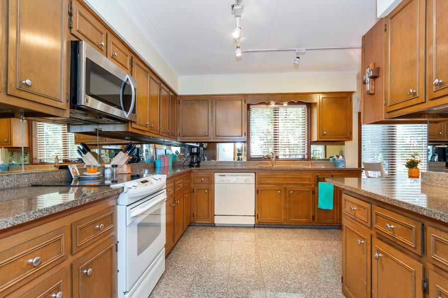 Real Estate Photography - 29 East Parliament Dr, 29, Palos Heights, IL, 60463 - Kitchen