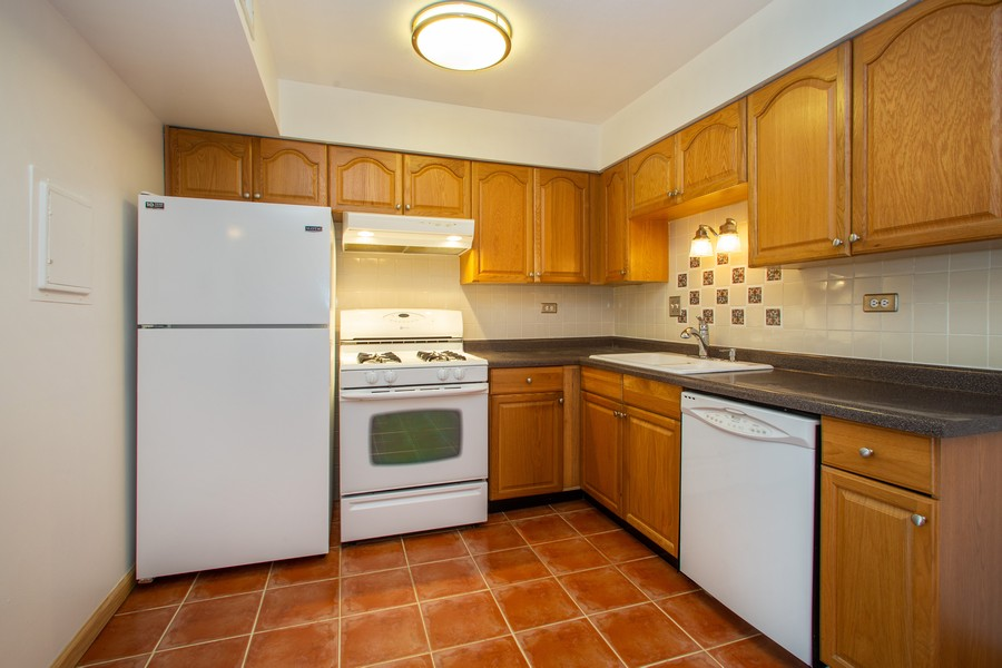 Real Estate Photography - 608 South Waterford Rd, 3A, Schaumburg, IL, 60193 - Kitchen