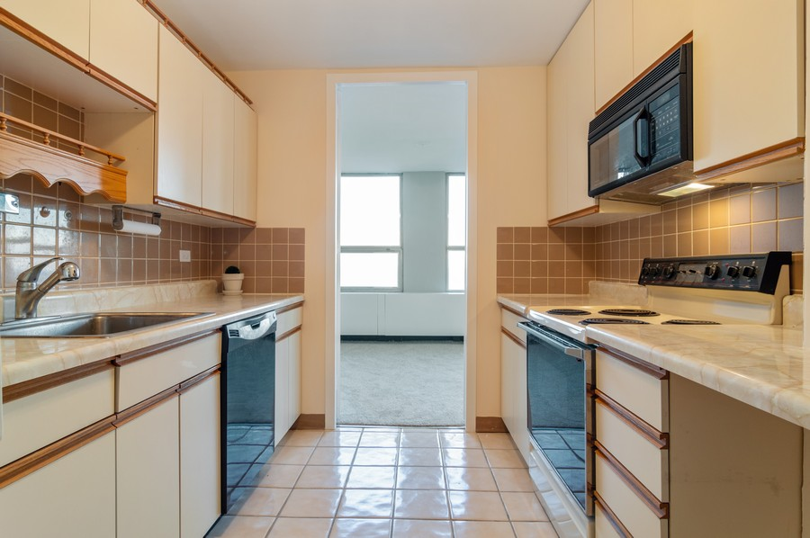 Real Estate Photography - 2626 North Lakeview Ave, 3803, Chicago, IL, 60614 - Kitchen