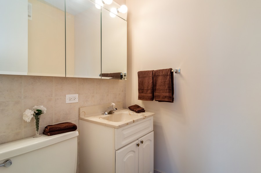 Real Estate Photography - 2626 North Lakeview Ave, 3803, Chicago, IL, 60614 - Half Bath