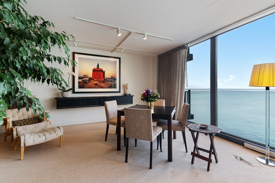 Real Estate Photography - 1420 Sheridan Rd, 7F, Wilmette, IL, 60091 - Living Room