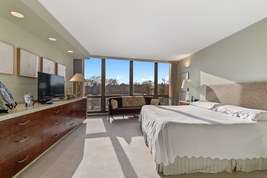 Real Estate Photography - 1420 Sheridan Rd, 7F, Wilmette, IL, 60091 - Master Bedroom