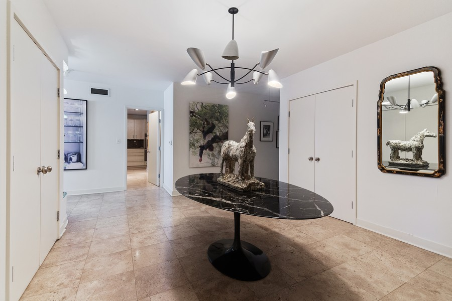 Real Estate Photography - 1420 Sheridan Rd, 7F, Wilmette, IL, 60091 - Foyer