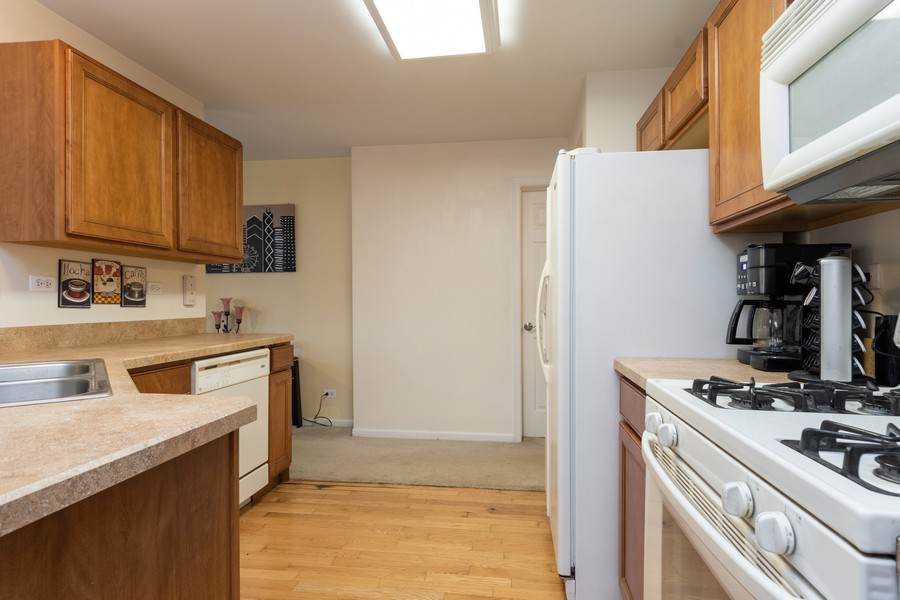 Real Estate Photography - 655 Lincoln Station Dr, 1002, Oswego, IL, 60543 - Kitchen