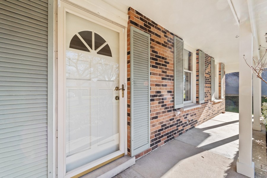 Real Estate Photography - 1552 Chippewa Dr, Naperville, IL, 60563 - Full covered front porch