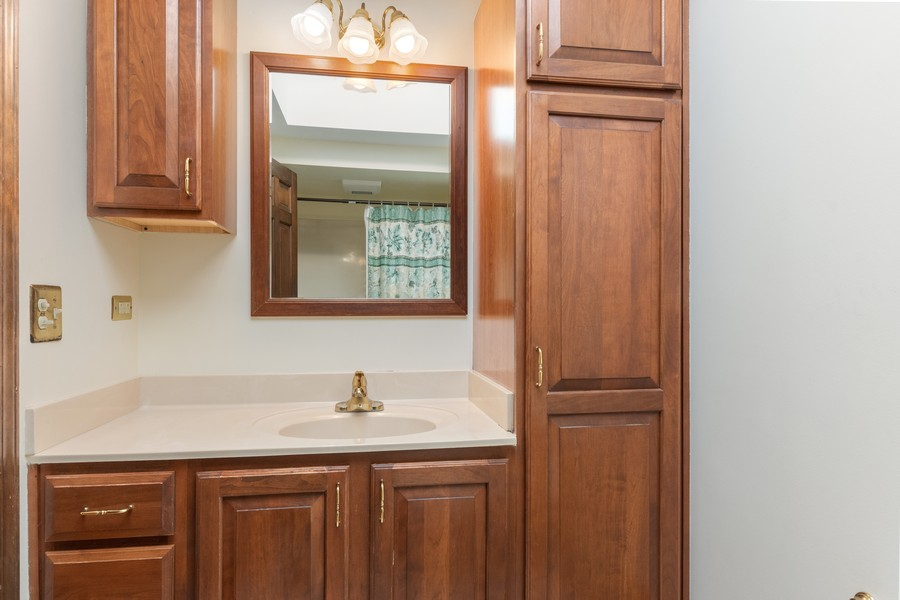 Real Estate Photography - 1552 Chippewa Dr, Naperville, IL, 60563 - Remodeled family bath