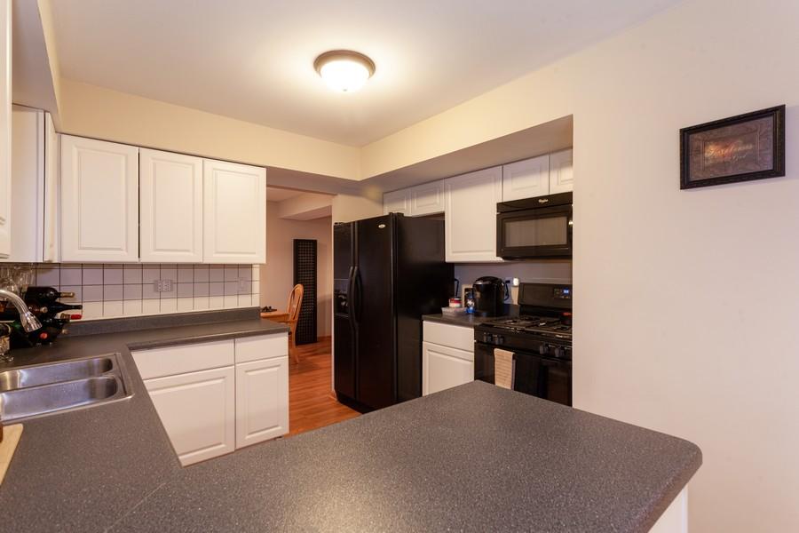 Real Estate Photography - 909 Fieldside Ln, Aurora, IL, 60504 - Kitchen