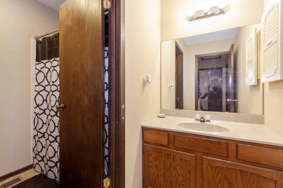 Real Estate Photography - 909 Fieldside Ln, Aurora, IL, 60504 - Bathroom