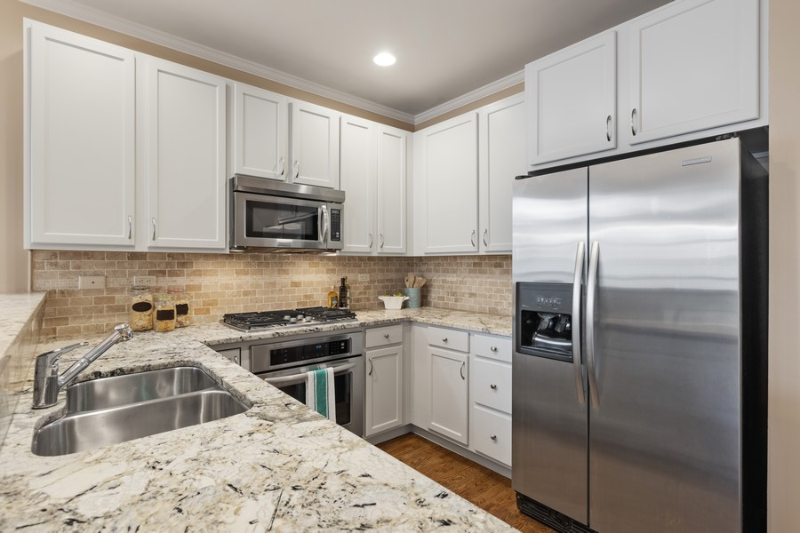 Real Estate Photography - 2307 Sundrop Dr, Glenview, IL, 60026 - Kitchen