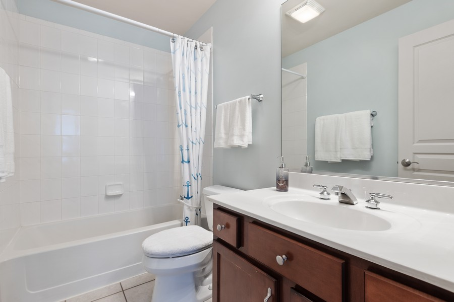 Real Estate Photography - 2307 Sundrop Dr, Glenview, IL, 60026 - Bathroom