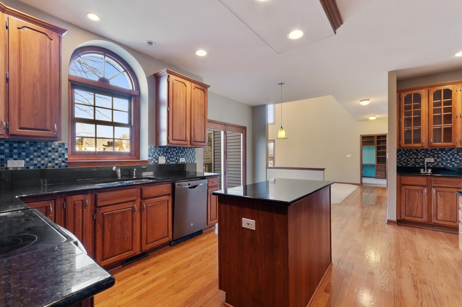 Real Estate Photography - 685 Kendridge Ct, Aurora, IL, 60502 - Kitchen