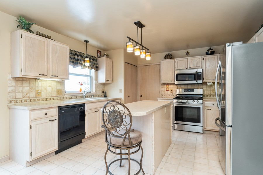 Real Estate Photography - 137 Cinderford Dr, Oswego, IL, 60543 - Kitchen