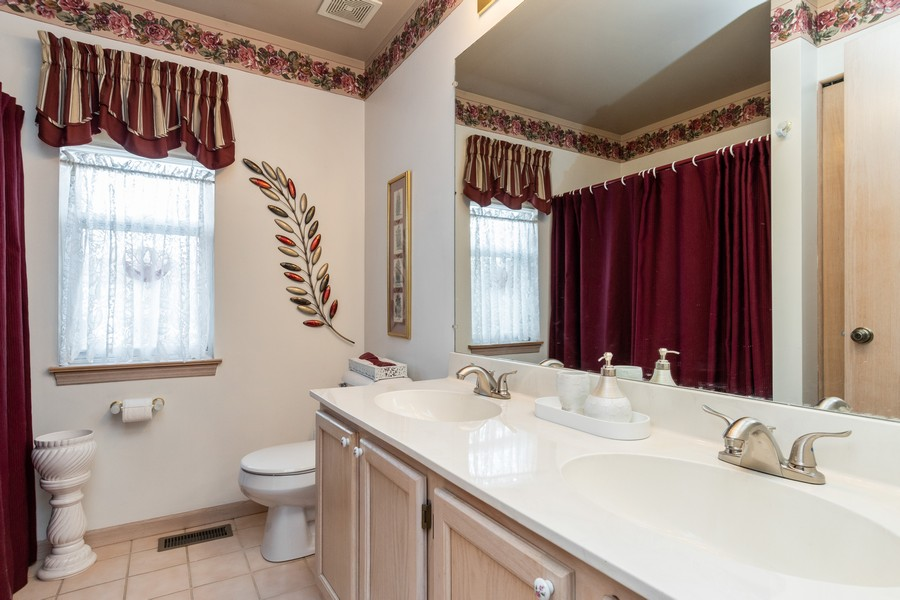 Real Estate Photography - 137 Cinderford Dr, Oswego, IL, 60543 - 2nd Bathroom
