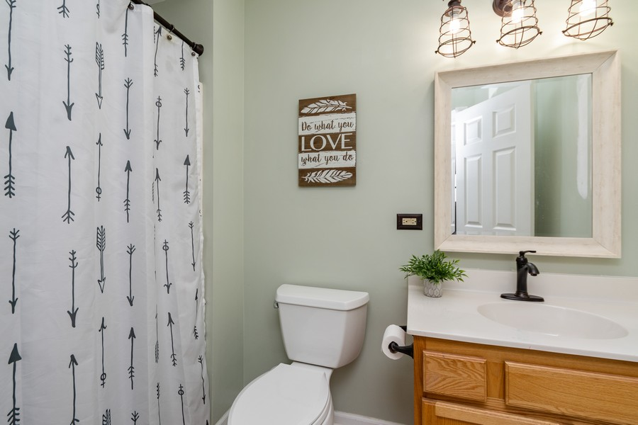 Real Estate Photography - 2338 Cardinal Dr, New Lenox, IL, 60451 - 2nd Bathroom