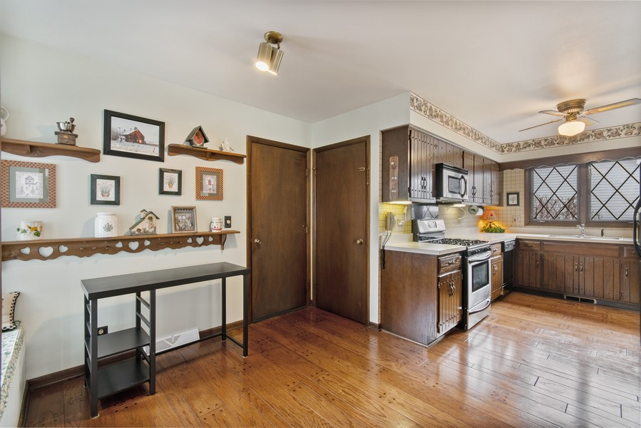 Real Estate Photography - 972 West Bauer Rd, Naperville, IL, 60563 - Kitchen