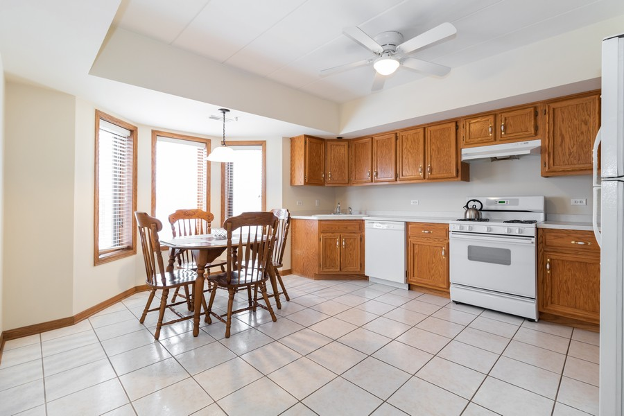 Real Estate Photography - 16040 Boardwalk Ln, 2A, Orland Park, IL, 60467 - Kitchen