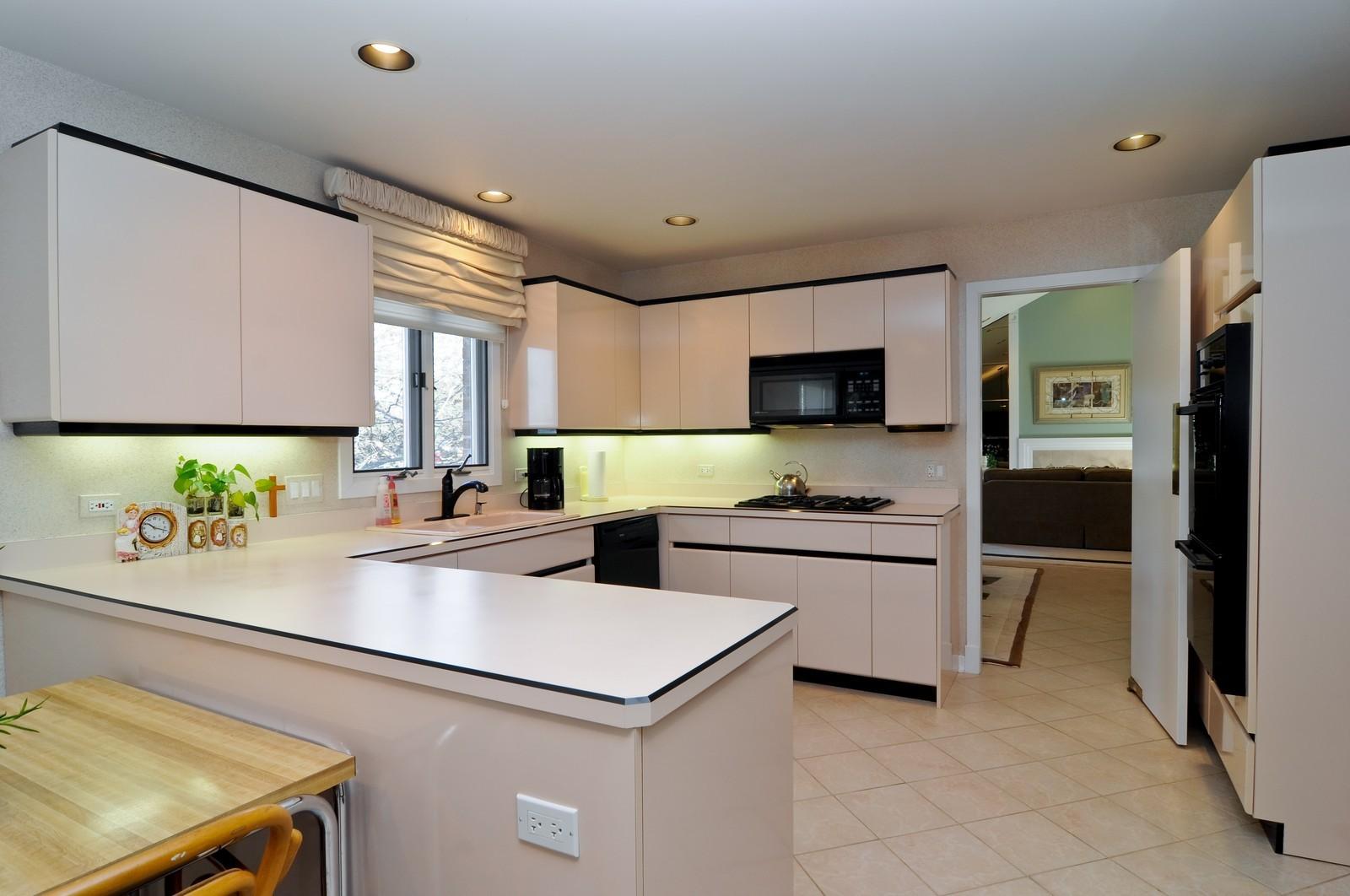 Real Estate Photography - 363 Rivershire Ct, Lincolnshire, IL, 60069 - Kitchen