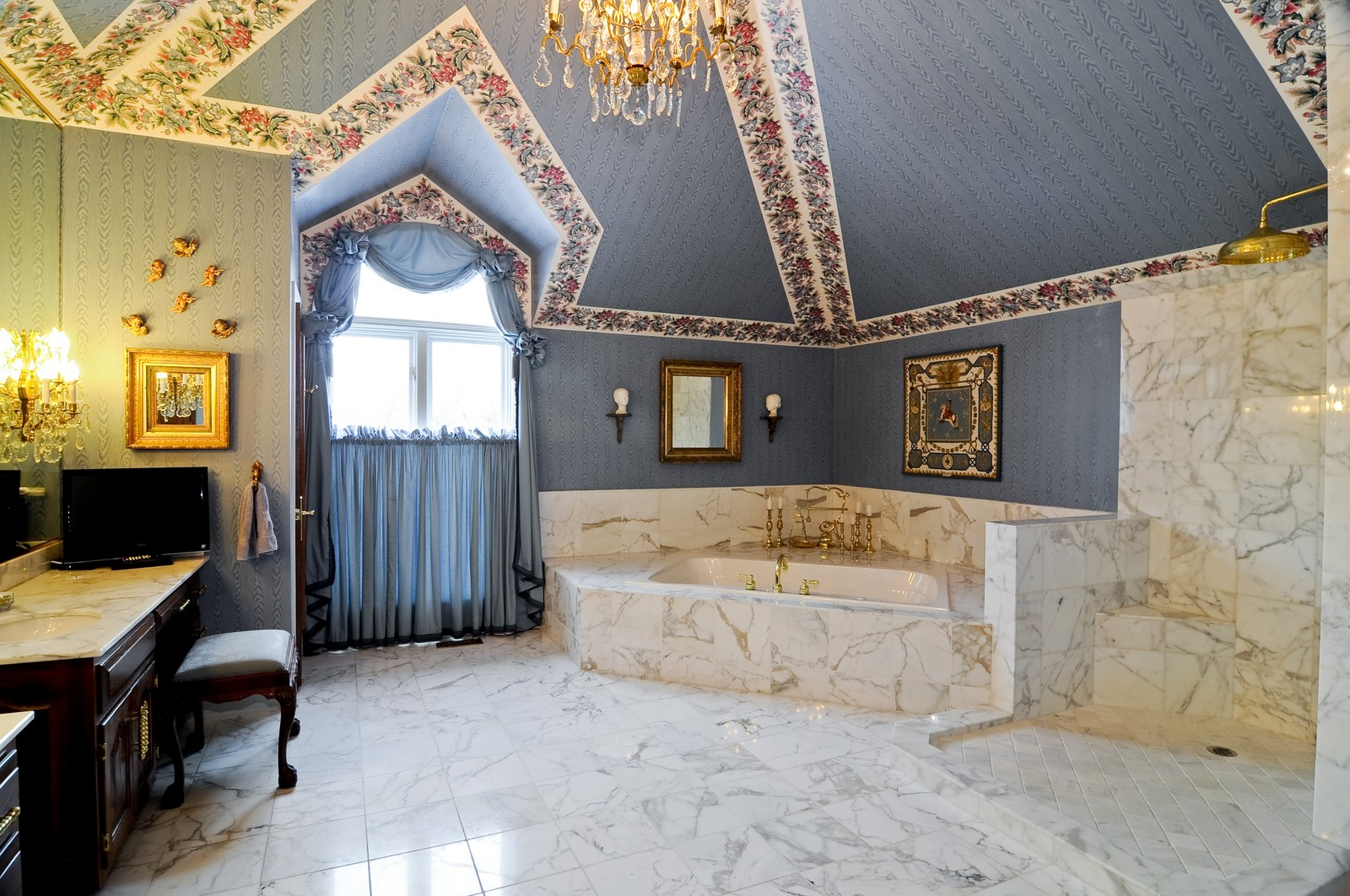 Real Estate Photography - 25471 W Plamondon, Wheaton, IL, 60189 - Master Bathroom