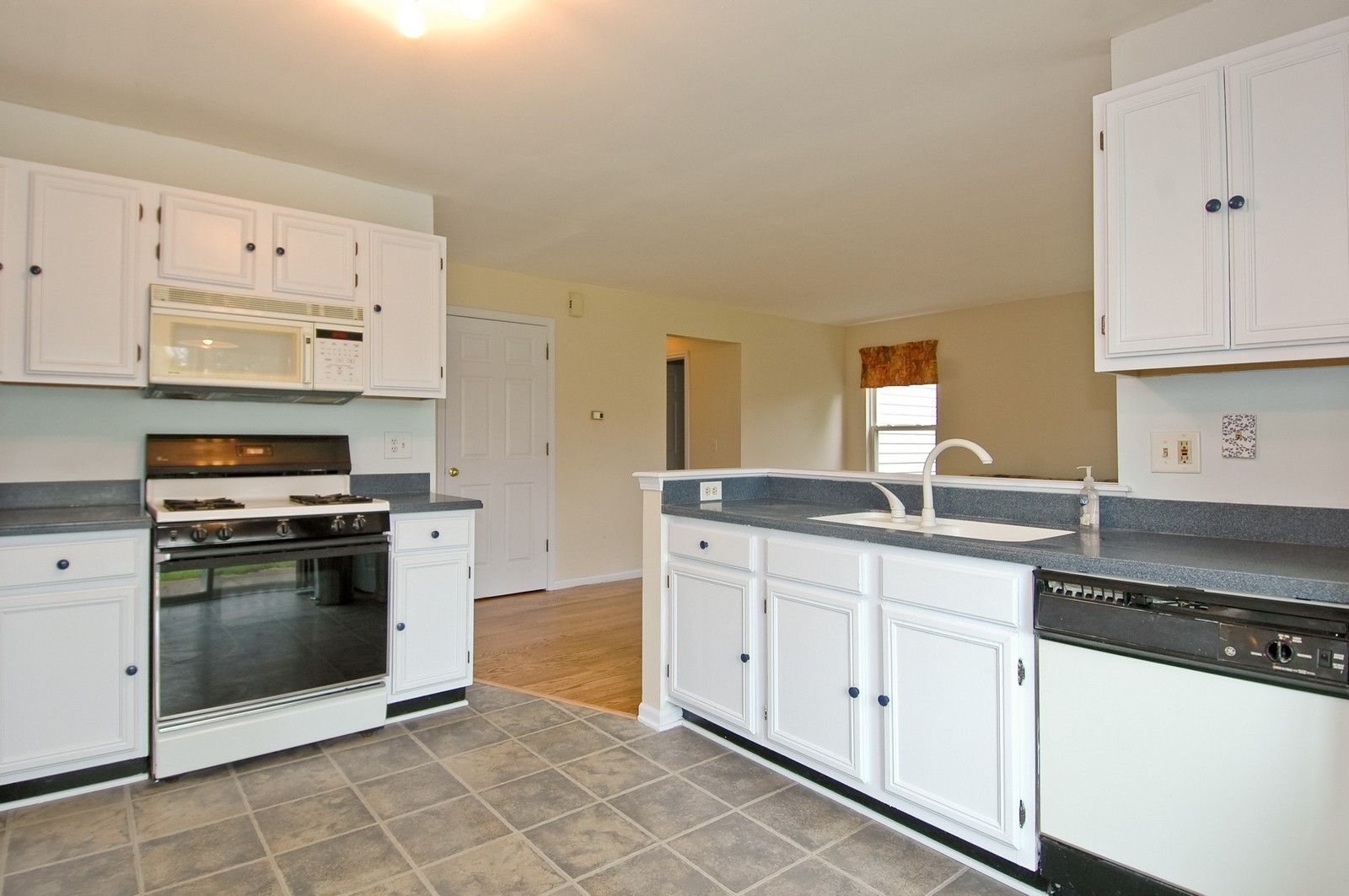 Real Estate Photography - 1086 Camillia, Fox River Grove, IL, 60021 - Kitchen
