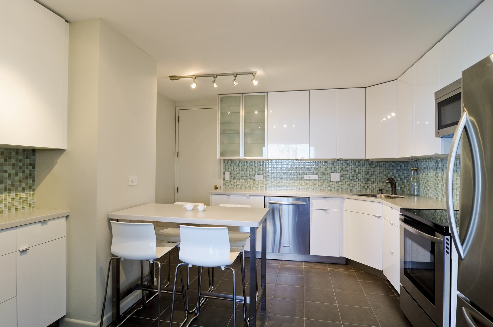 Real Estate Photography - 1500 Sheridan, 3F, Wilmette, IL, 60091 - Kitchen