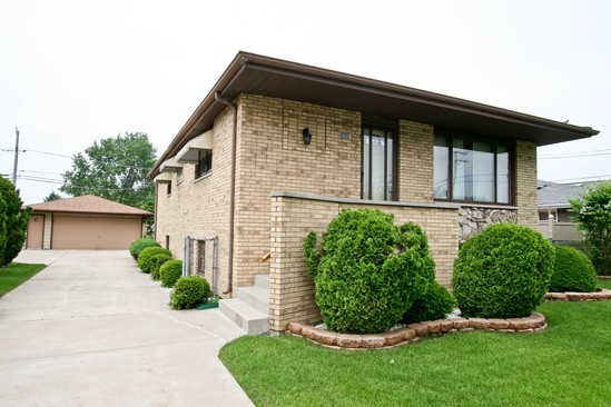 Front View photograph of 5806 88th Oak Lawn Illinois 60453