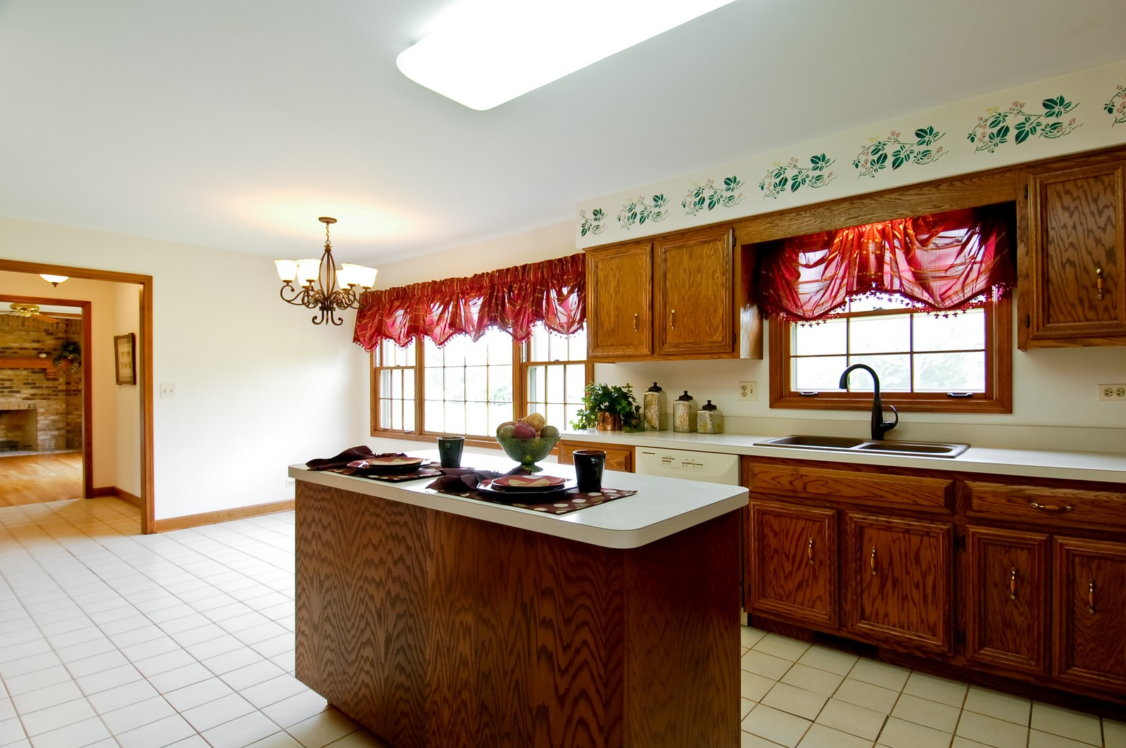 Real Estate Photography - 1S560 Verdun, Winfield, IL, 60190 - Kitchen