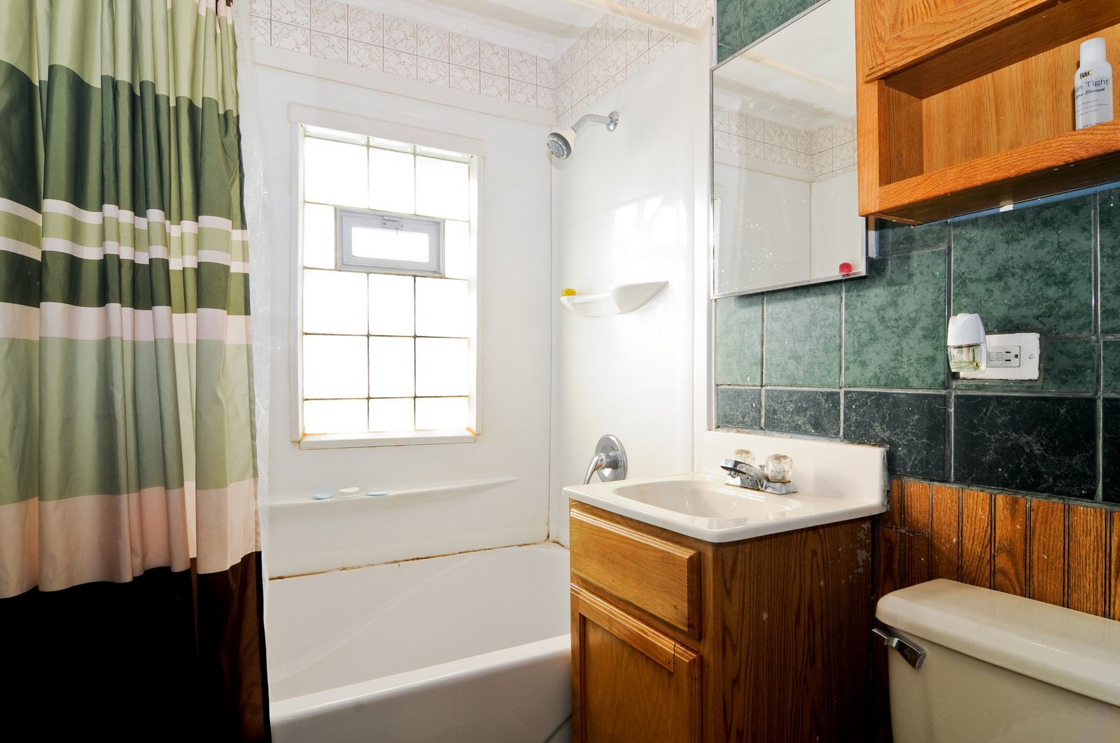 Real Estate Photography - 16841 Trapet, Hazel Crest, IL, 60429 - Bathroom