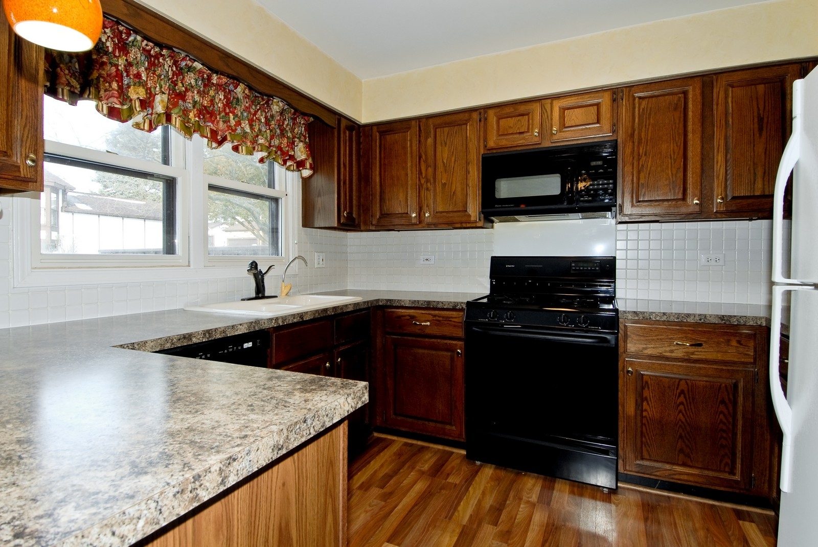 Real Estate Photography - 10 Roosevelt, St Charles, IL, 60174 - Kitchen