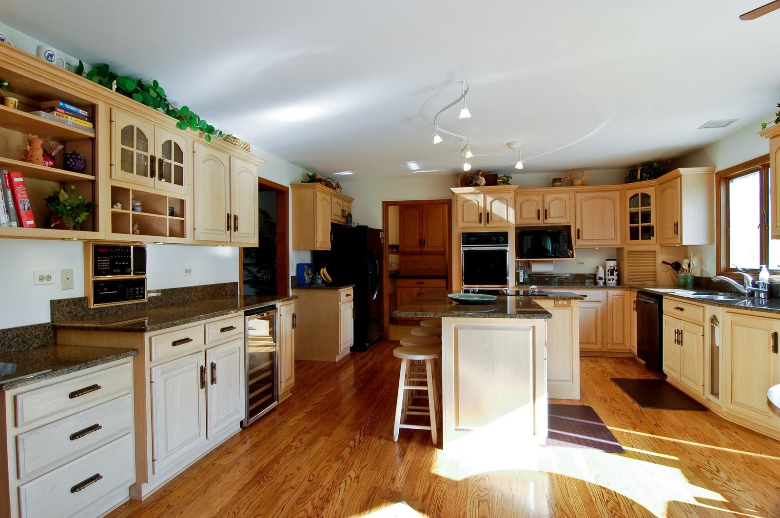 Real Estate Photography - 4302 Fox Creek, Crystal Lake, IL, 60012 - Kitchen