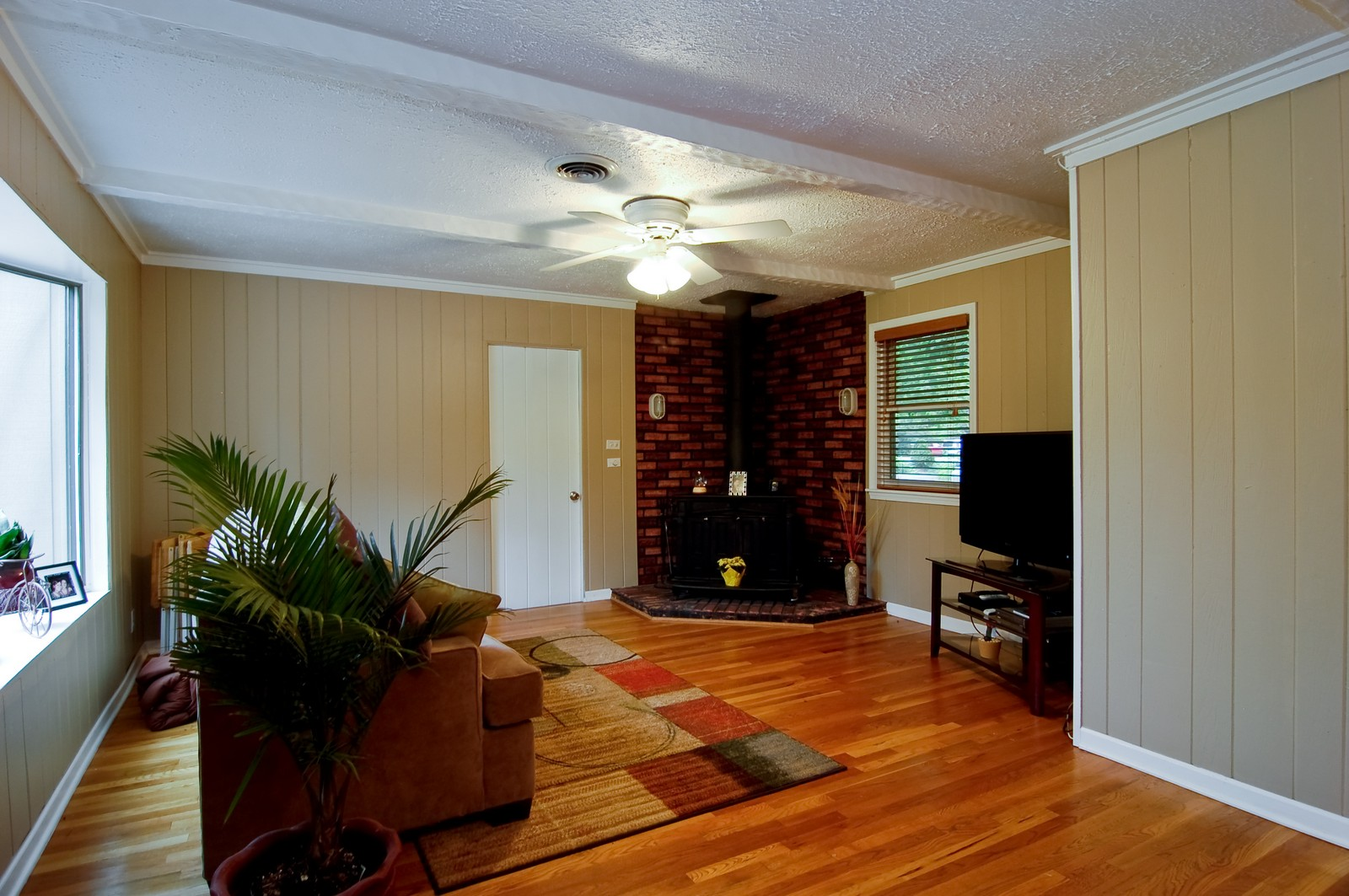 Real Estate Photography - 1040 S Columbine St, Lombard, IL, 60148 - Family Room