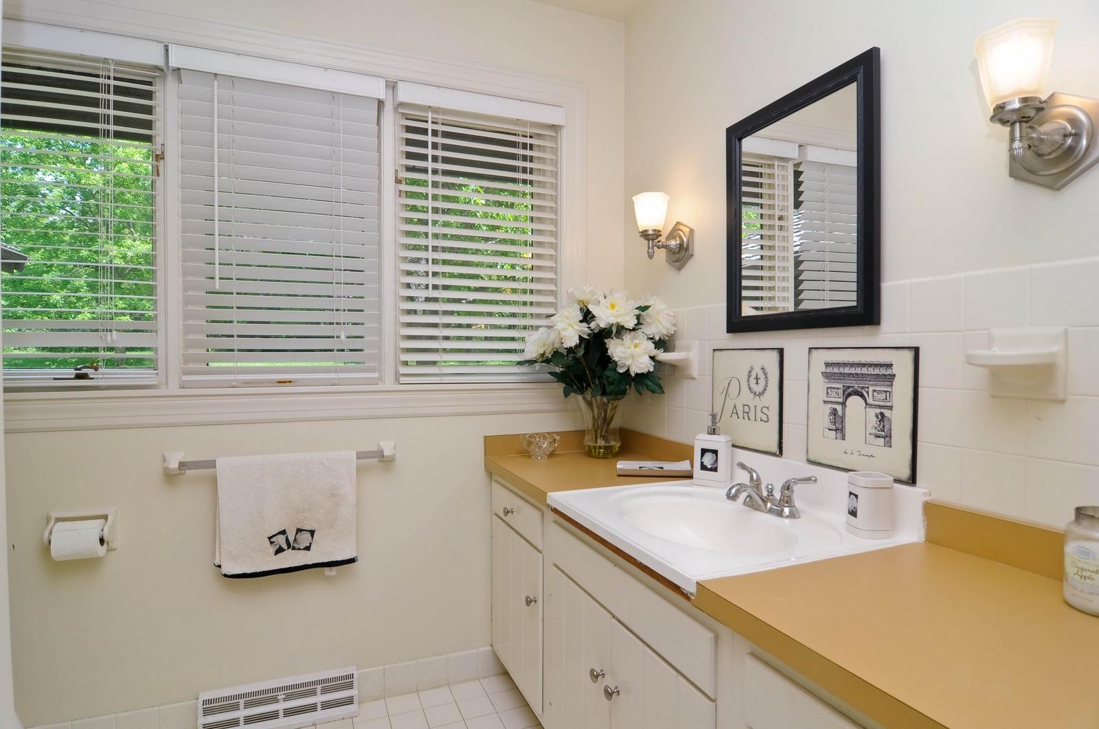 Real Estate Photography - 11 Ridgecroft, Barrington, IL, 60010 - Bathroom