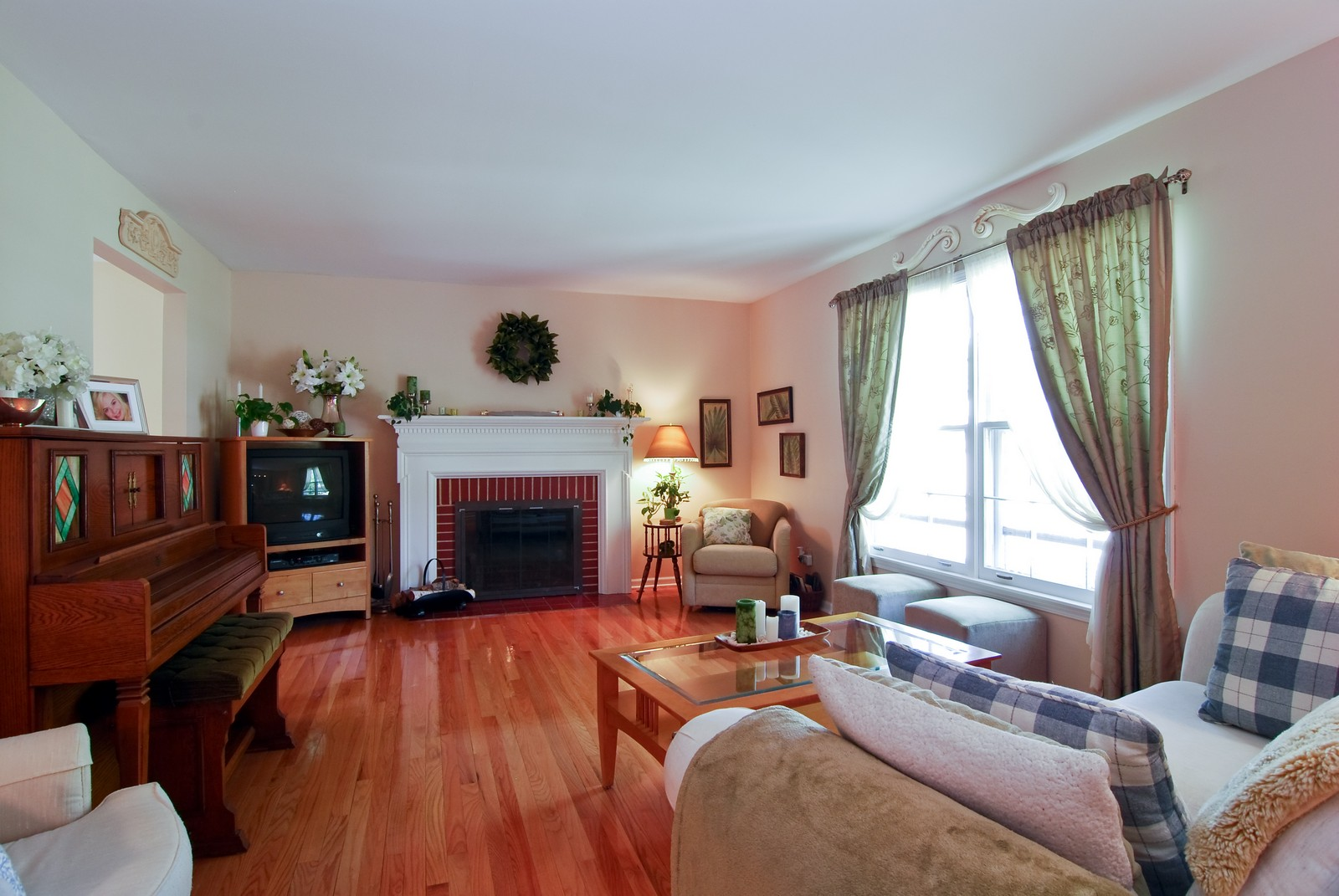 Real Estate Photography - 75 Newton, Glen Ellyn, IL, 60137 - Living Room