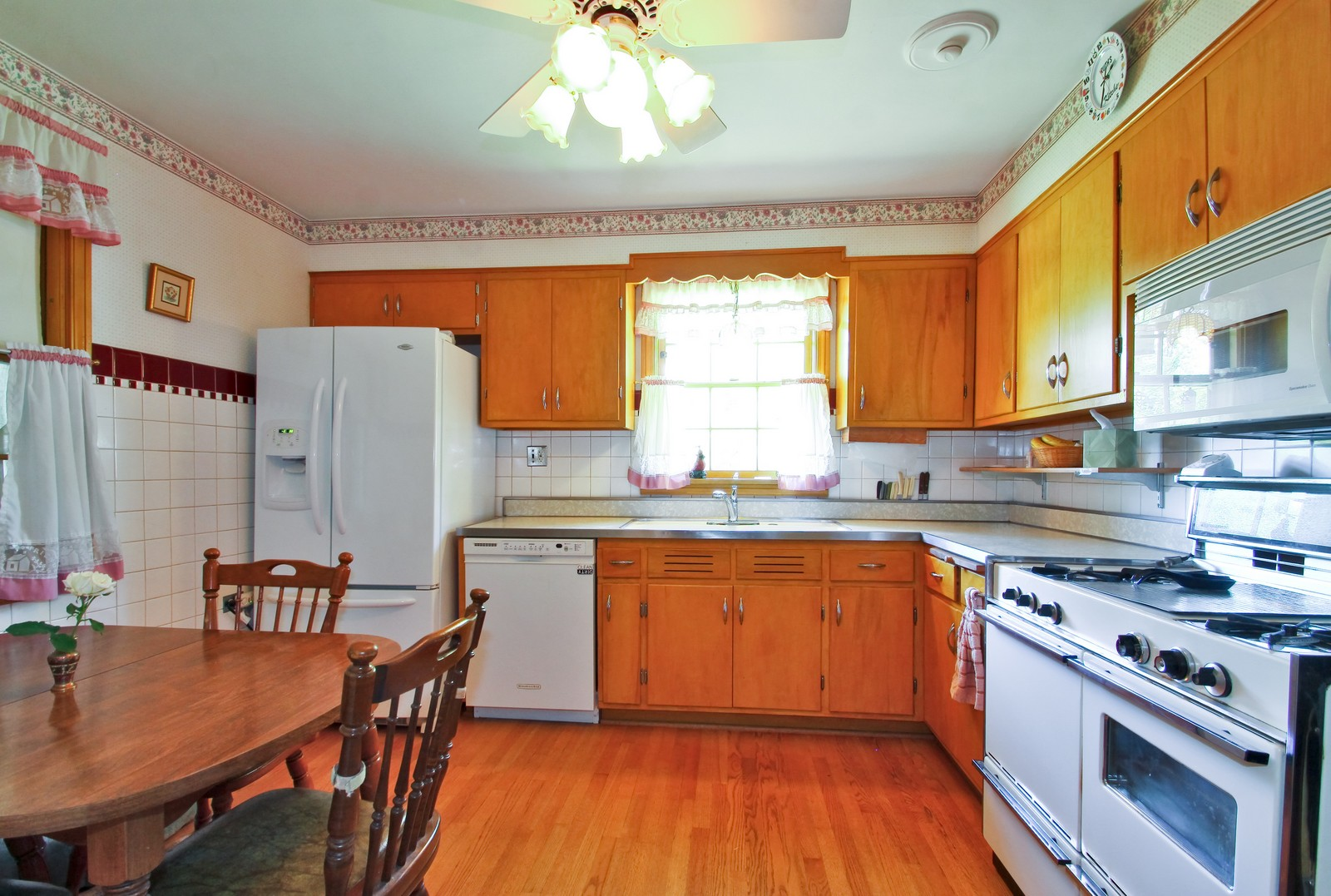 Real Estate Photography - 6756 N Lockwood, Lincolnwood, IL, 60712 - Kitchen