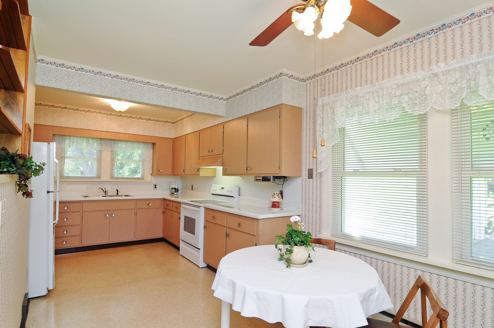 Real Estate Photography - 127 W Brookhill, Libertyville, IL, 60048 - Kitchen / Breakfast Room