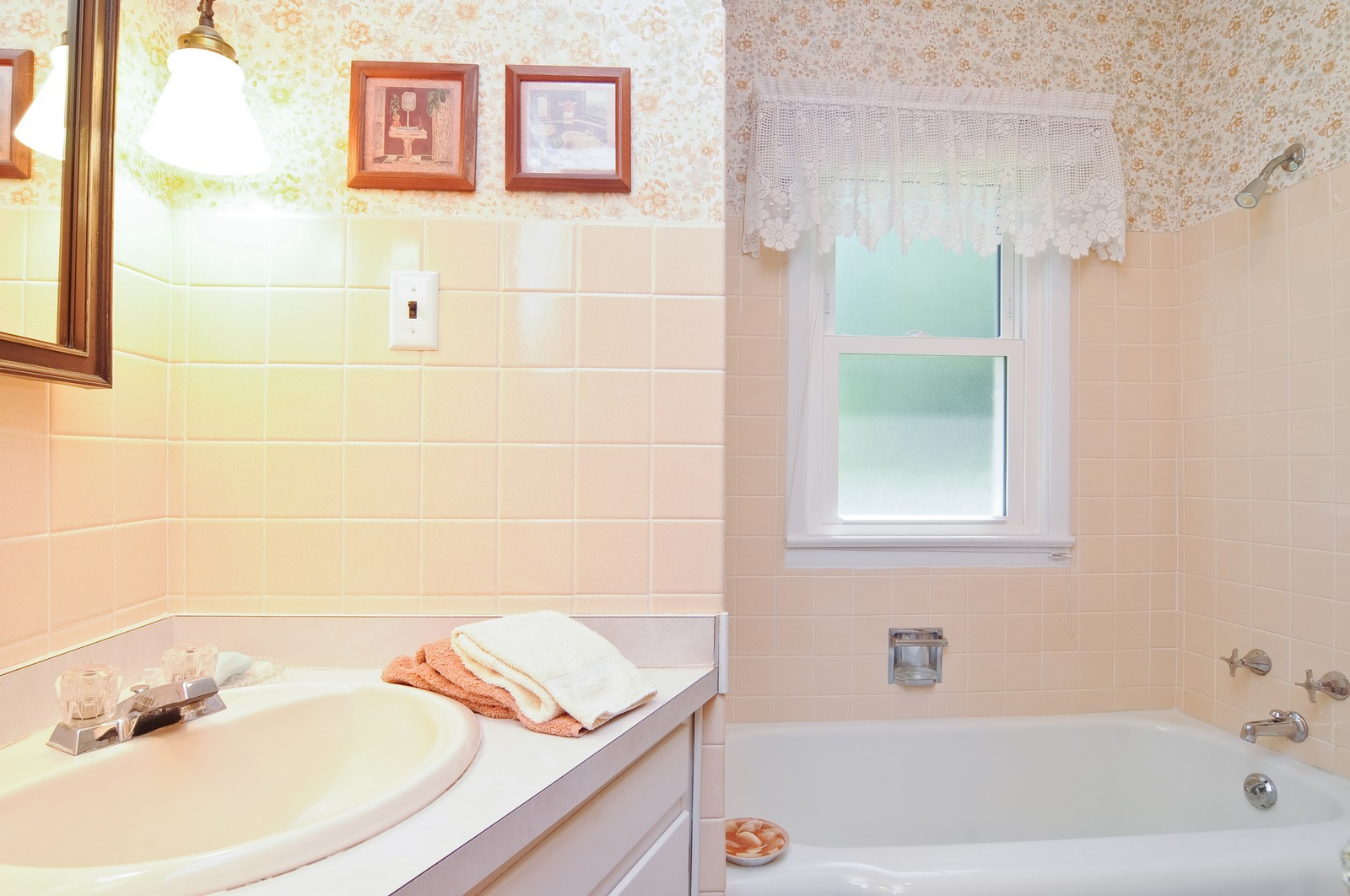 Real Estate Photography - 127 W Brookhill, Libertyville, IL, 60048 - Bathroom