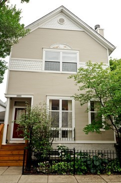 Front View photograph of 2909 N Wolcott Ave Chicago Illinois 60657