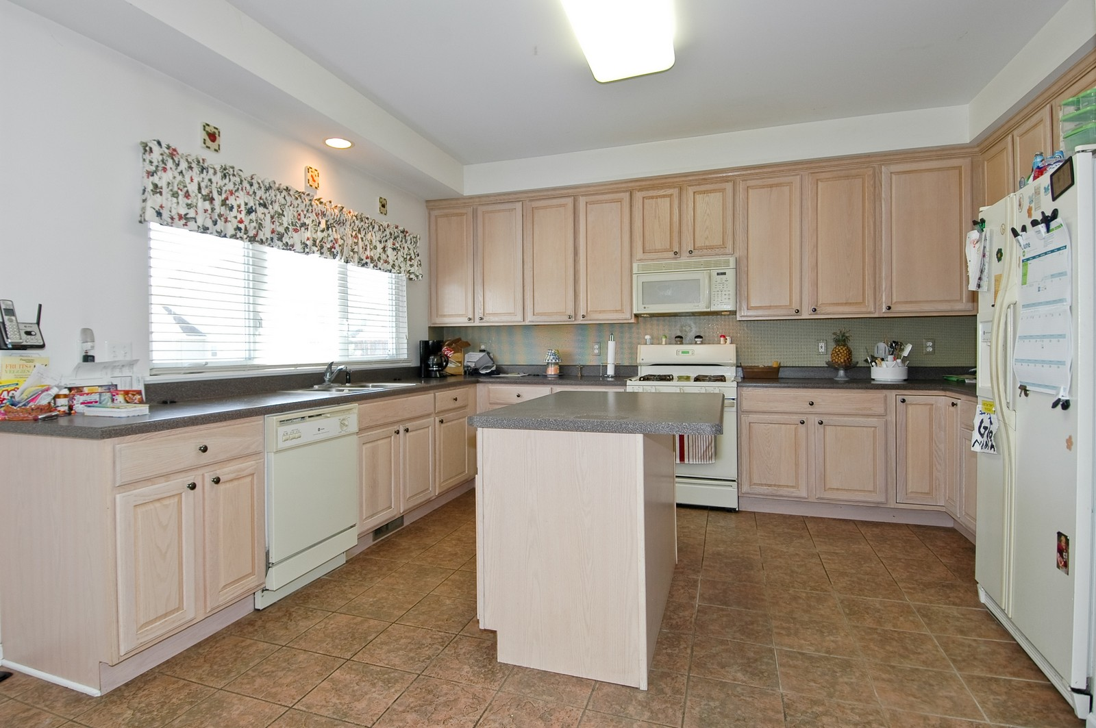 Real Estate Photography - 1211 Fieldstone, Crystal Lake, IL, 60014 - Kitchen