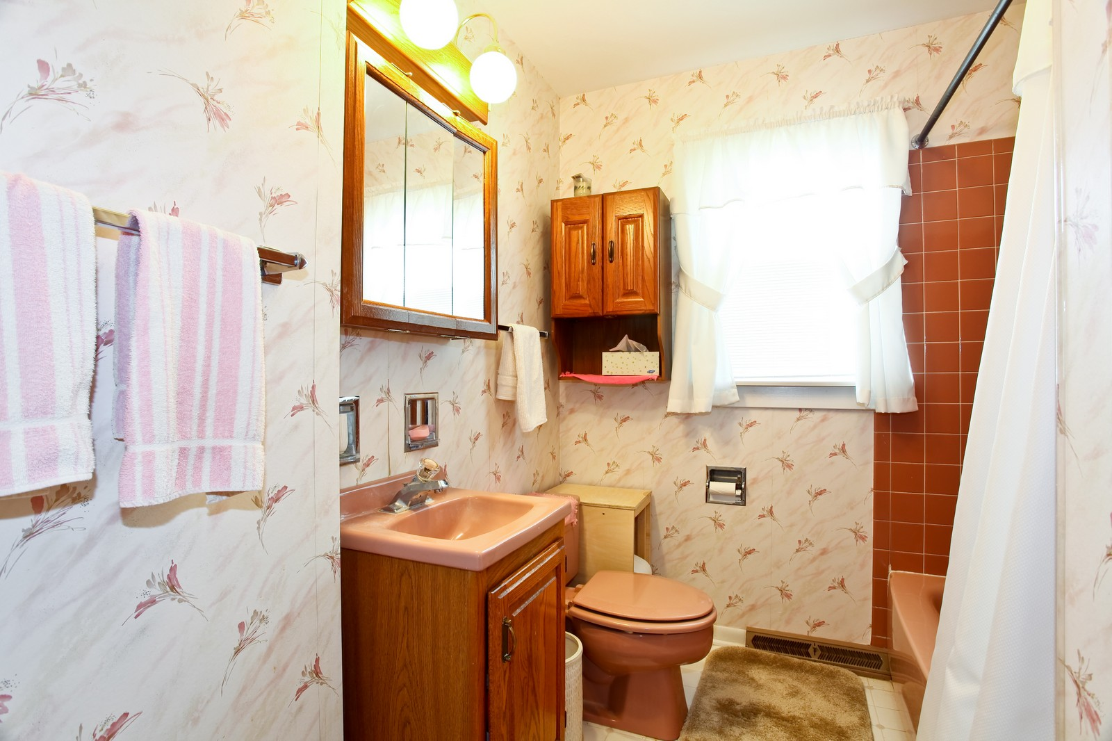 Real Estate Photography - 1620 Oak, St Charles, IL, 60174 - Bathroom