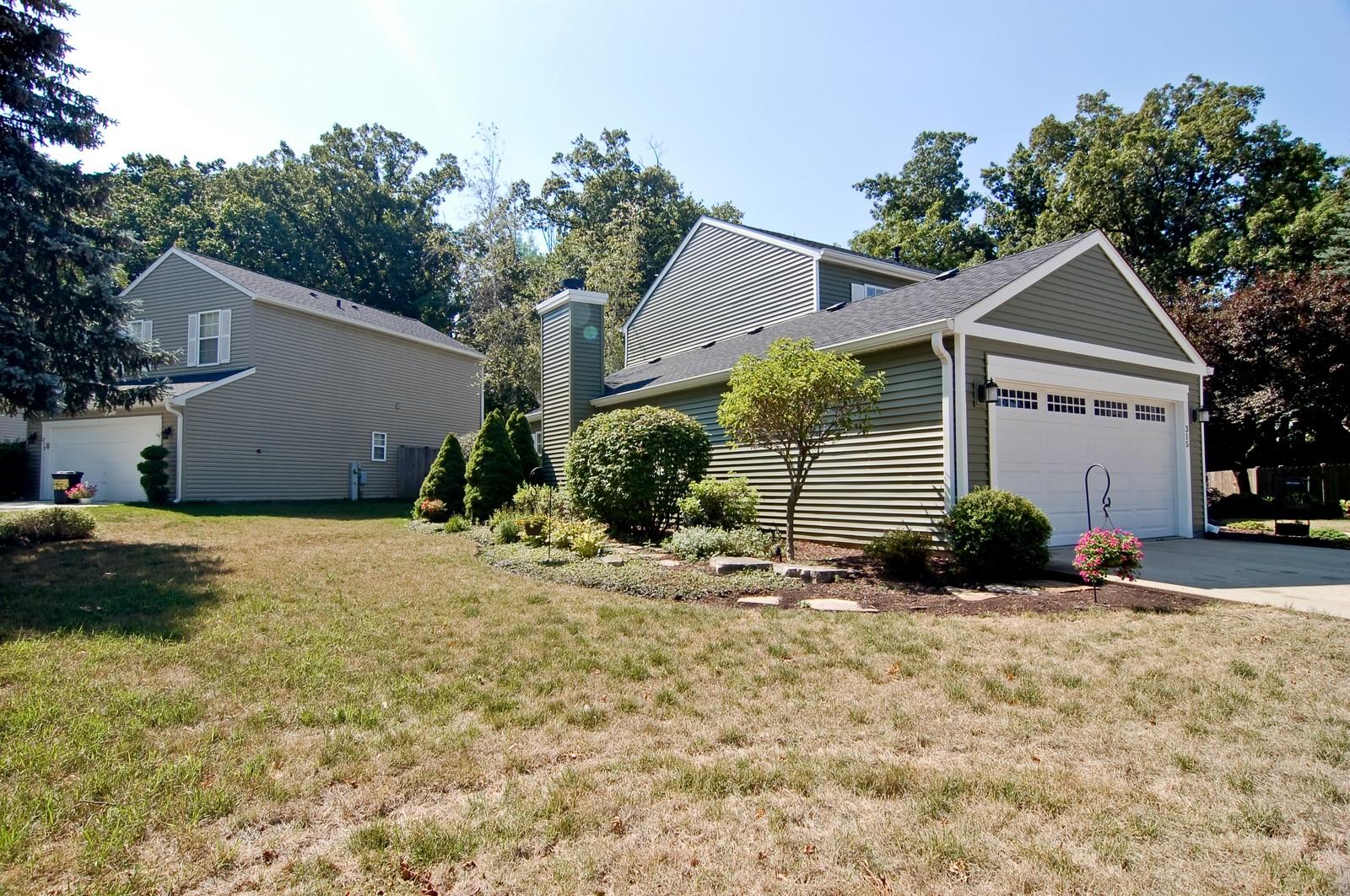 Real Estate Photography - 315 Kensington, Streamwood, IL, 60107 - Side Yard