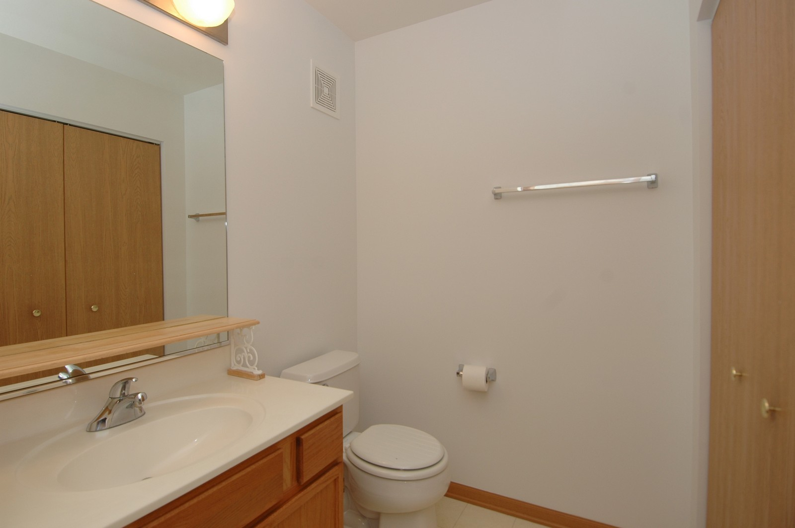 Real Estate Photography - 605 Barrington Ave, Unit 216, East Dundee, IL, 60118 - Bathroom