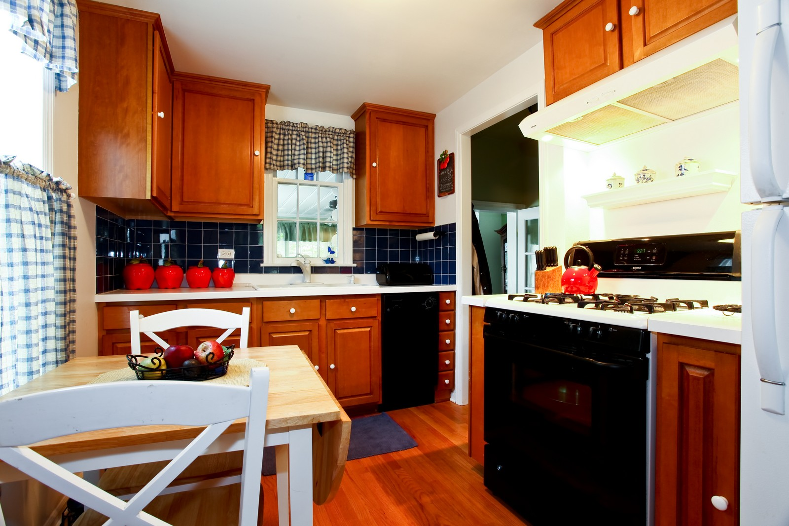 Real Estate Photography - 1427 S 4th St, Saint Charles, IL, 60174 - Kitchen