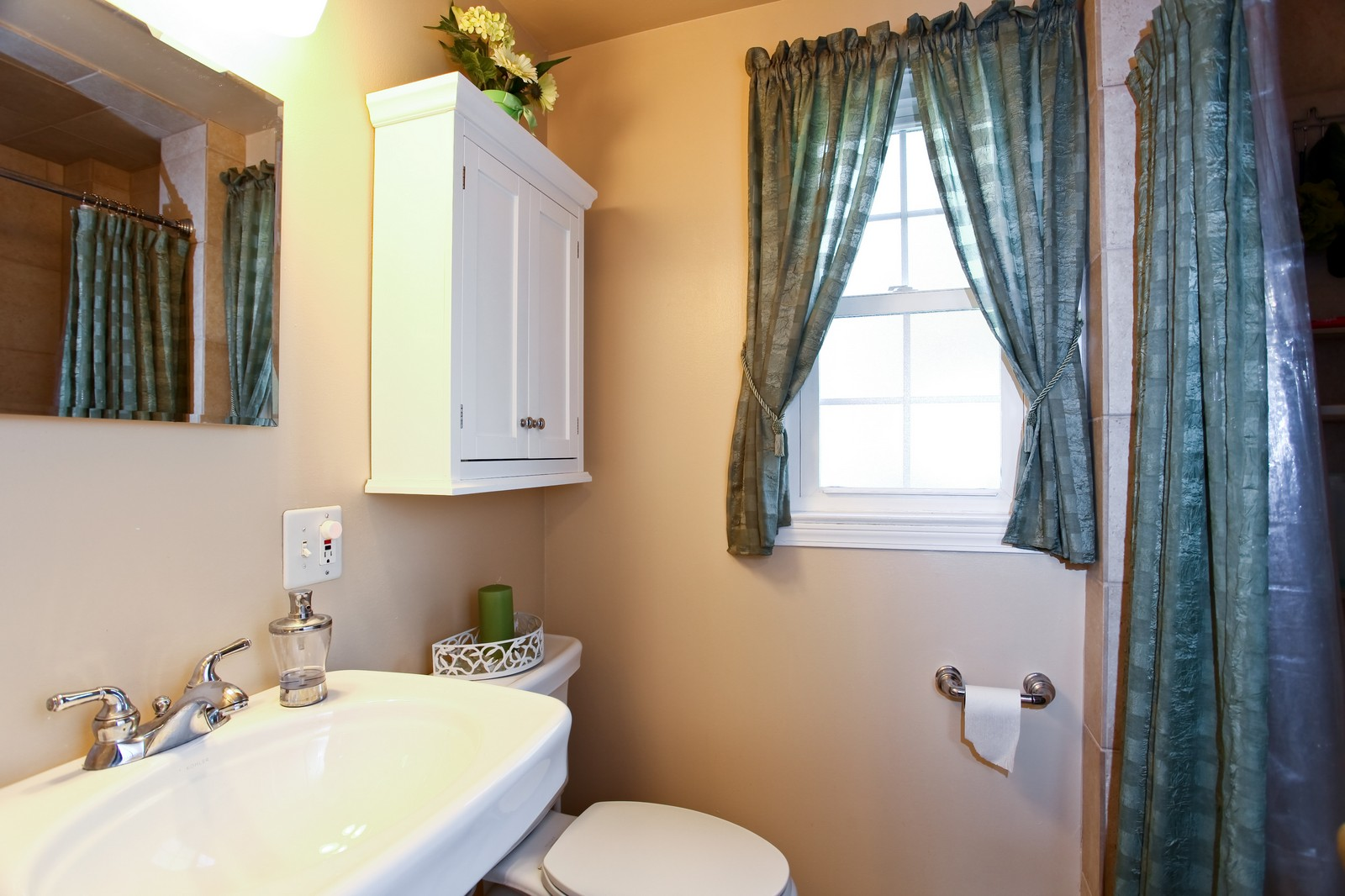 Real Estate Photography - 1427 S 4th St, Saint Charles, IL, 60174 - Bathroom