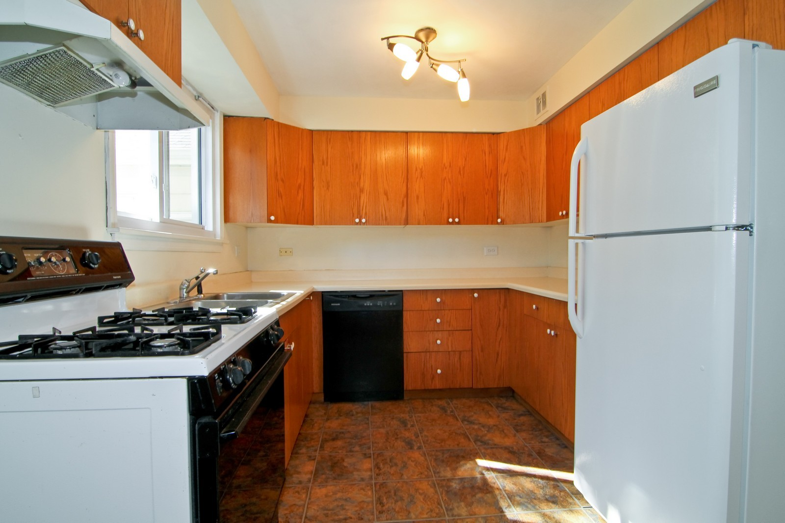 Real Estate Photography - 1702 E Indiana St, Wheaton, IL, 60187 - Kitchen