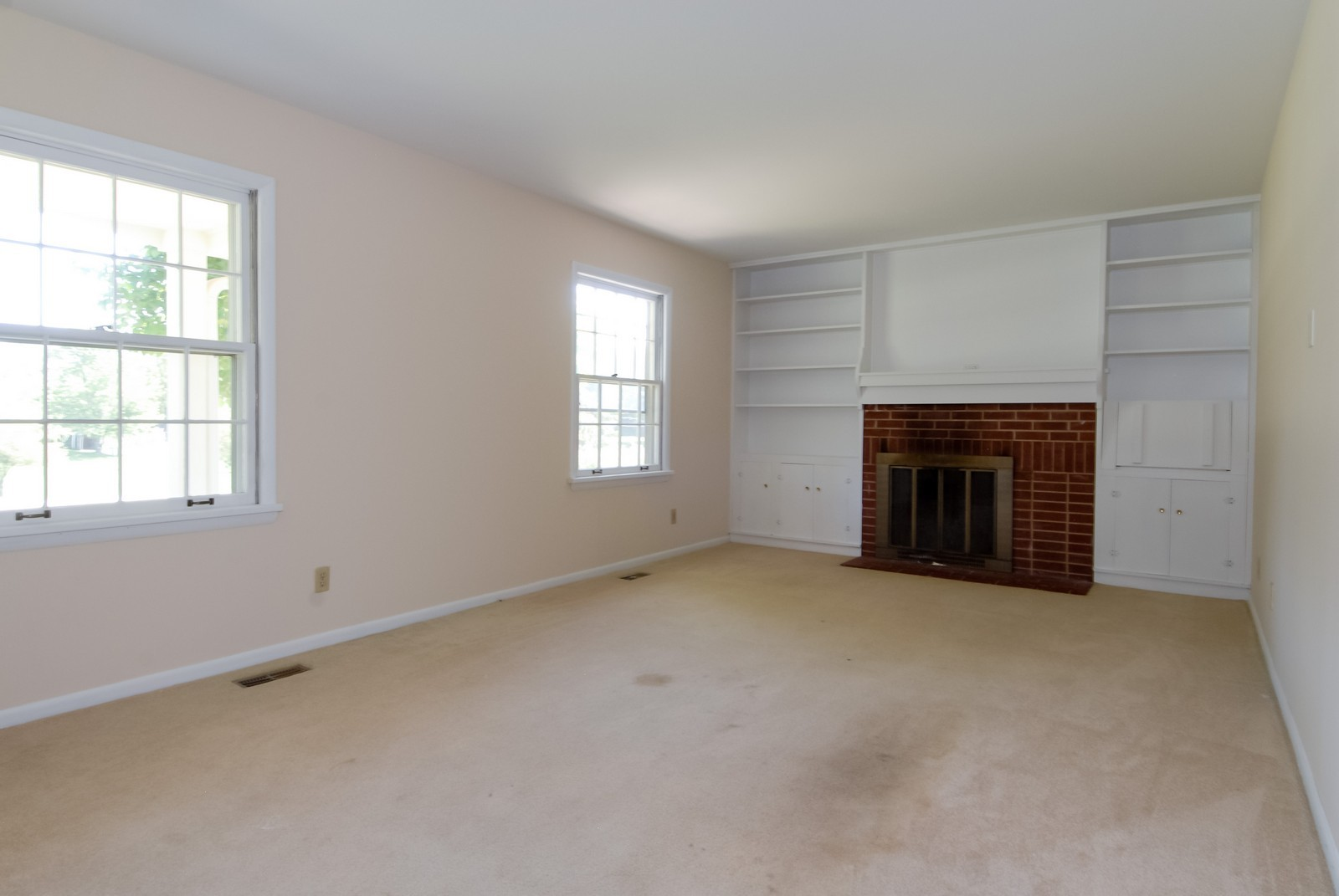 Real Estate Photography - 5N456 Old LaFox Rd, St Charles, IL, 60175 - Living Room