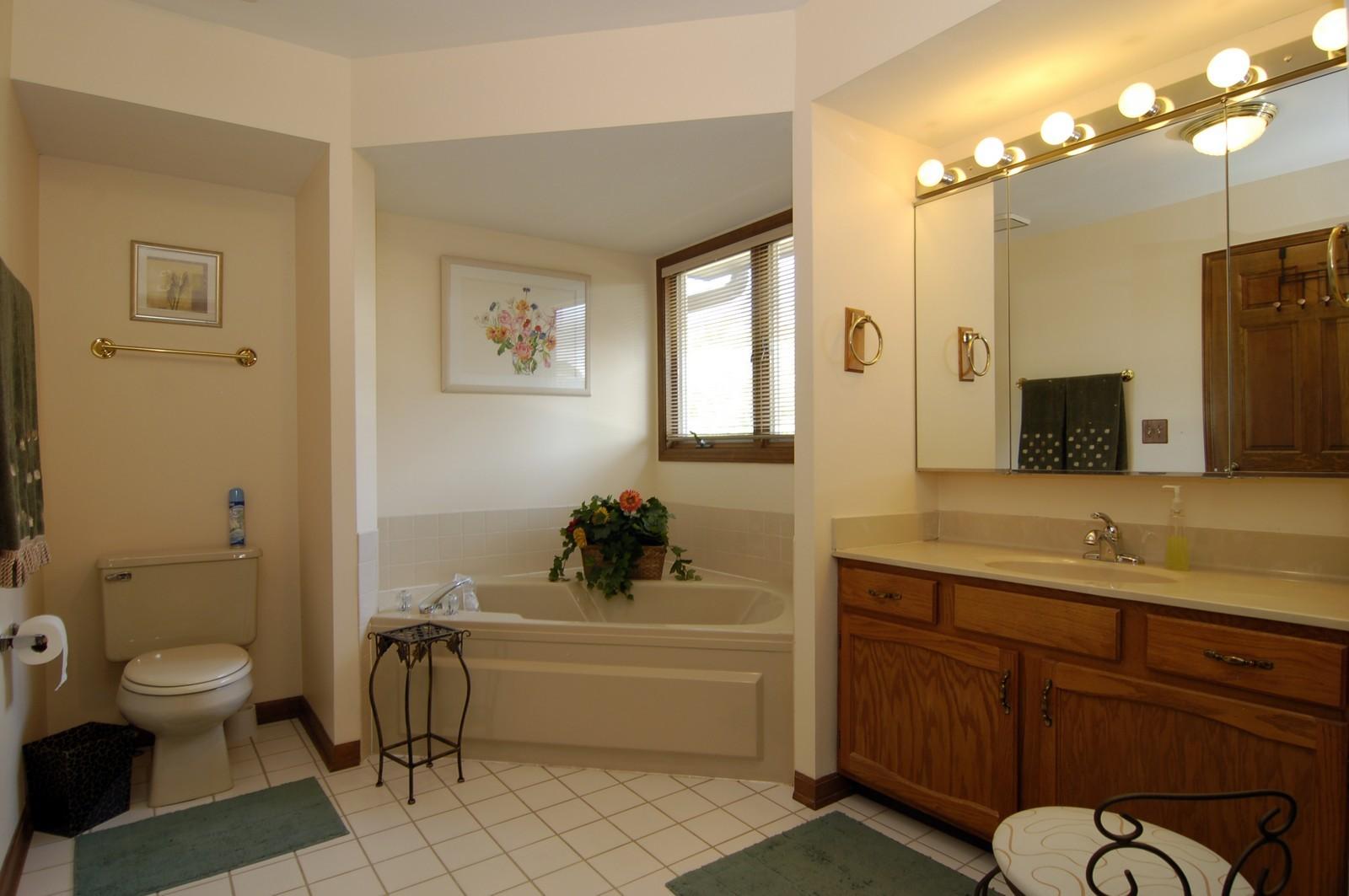 Real Estate Photography - 900 Saddlewood Dr, Glen Ellyn, IL, 60137 - Master Bathroom