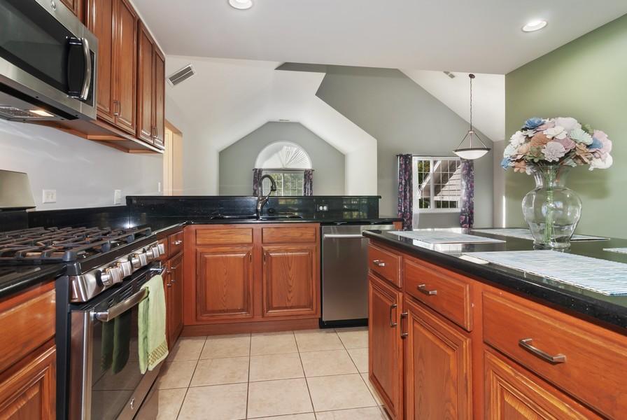 Real Estate Photography - 114 Hillwood Pl, Aurora, IL, 60506 - Kitchen
