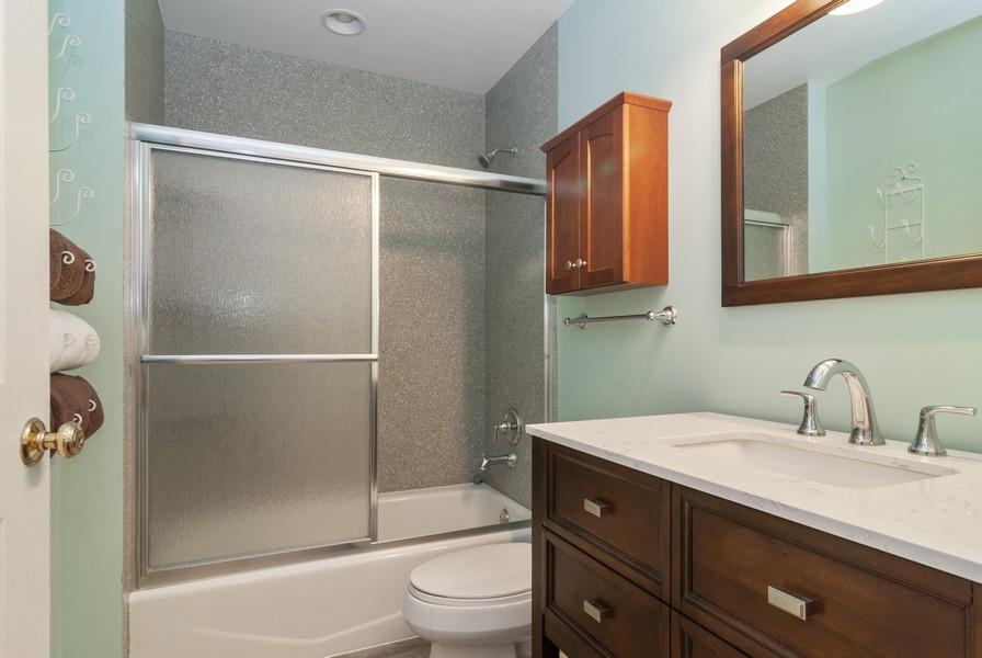 Real Estate Photography - 114 Hillwood Pl, Aurora, IL, 60506 - 2nd Bathroom