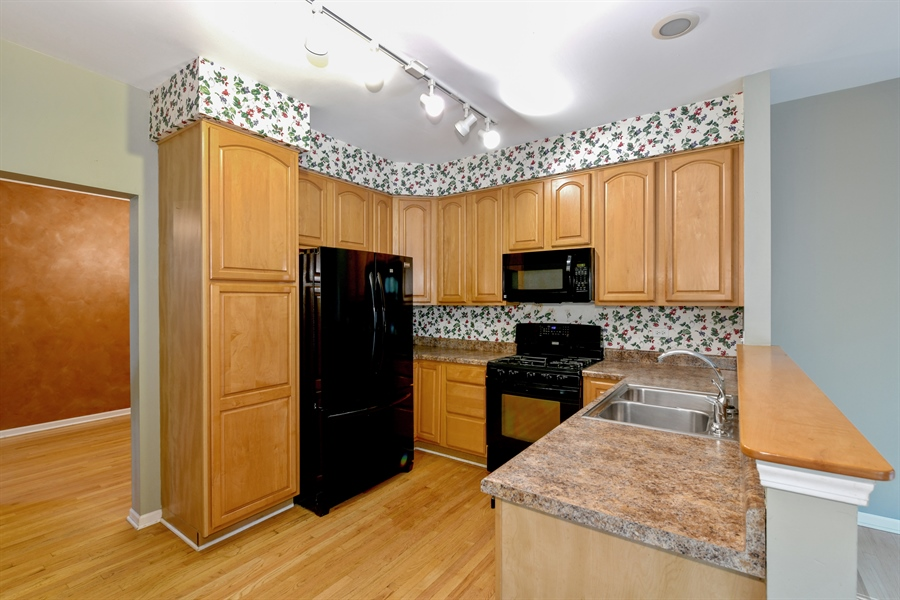 Real Estate Photography - 544 Harlowe Ln, 544, Naperville, IL, 60565 - Kitchen